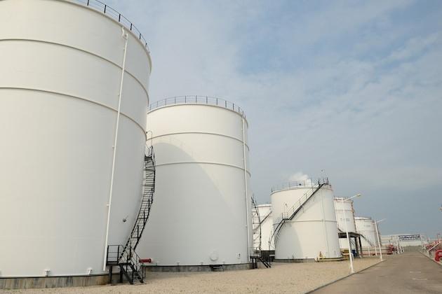 big-industrial-oil-tanks